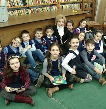 """Noul proiect pentru copii, inițiat de Biblioteca Județeană Satu Mare și intitulat """"O oră de poveste..."""", a continuat și marți, 14 februarie 2017, în intervalul orar 13.00 - 14.00."""