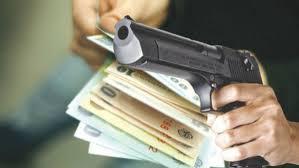 Autorul jafului avea fata acoperita de o calgula si a folosit un pistol cu aer comprimat