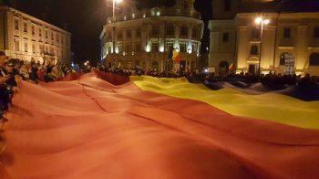 Steag de 15 × 15 metri purtat de zeci de oameni la Sibiu