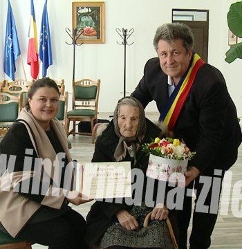 Femeia din Tasnad a sarbatorit frumoasa varsta de 100 de ani la Primarie