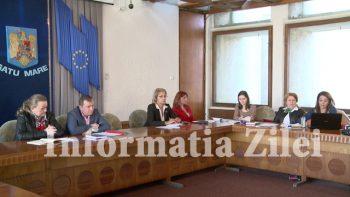 Comisia este formata din reprezentanti a numeroase institutii