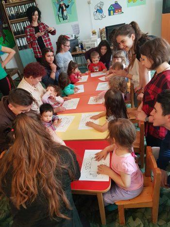 """Voluntarii SNAC de la Liceul de Arte """"Aurel Popp"""" au confecţionat coşuleţe de Paşte cu beneficiarii creşei sociale Prichindel"""