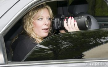 Femeie detectiv cu aparat de filmat