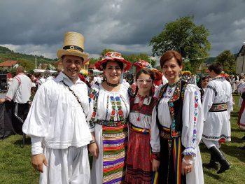 La evenimentul de duminică a participat şi conducătorul Tarafului tradiţional Ceatăra din Carei, Adrian Paşca, alături de soţia sa, Simona, şi de fiica lor, Medeea.