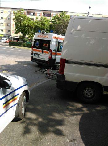 Biciclistul a fost transportat de urgenţă la spital