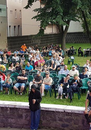 Publicul adunat la începutul serii de vineri