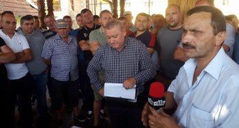 Peste 100 de certezeni protestează în faţa Primăriei şi cer demisia primarului, Petru Ciocan