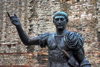 Statuie a împăratului Traian