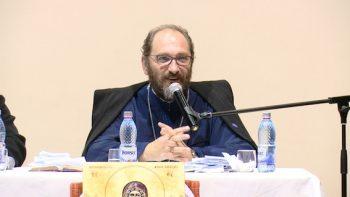 Preotul Constantin Necula a susţinut o prelegere la Satu Mare. Casa de Cultură a fost arhiplină