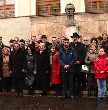La manifestările de anul trecut, de la bustul amplasat în fata Colegiului Mihai Eminescu au participat diverse oficialitati, indiferent de culoarea politica