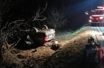 În urma impactului, autoturismul marca BMW s-a răsturnat în afara părții carosabile, iar autoturismului Renault i s-a rupt roata din dreapta față