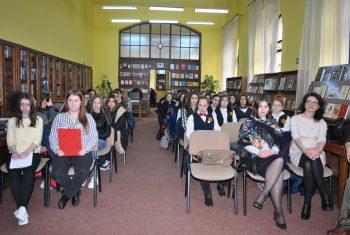 Elevi şi profesori în Sala de lectură