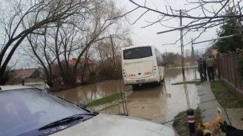 Drumuri inundate in localitatea Santau