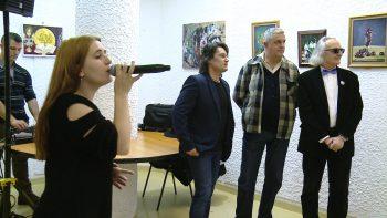 Luana Erdos cântând la vernisaj