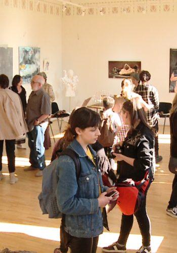 Un public numeros a umplut sala de expoziții