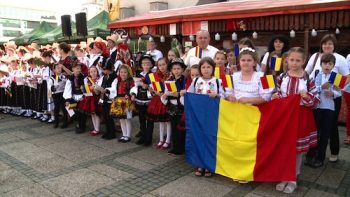 Zeci de copii au fost imbracati in port popular si purtau in maini tricolore confectionate de ei