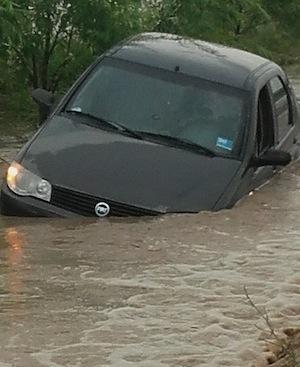 La Ratesti, o masina a ajuns sub ape
