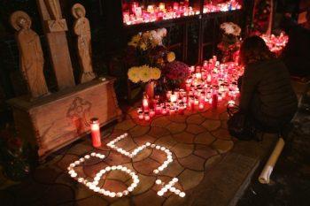 S-au aprins candele si s-au spus rugaciuni pentru cele 65 de persoane decedate in urma tragediei de acum 3 ani