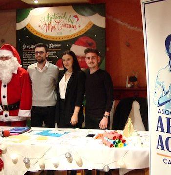 Conferinţa a fost susţinută de preşedintele Asociaţiei, Mihai Huzău, alături de voluntarii Renato Crâşmar, Anca Puşcaş şi Alexandru Şuta şi, bineînţeles, de Moş Crăciun