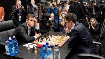 Carlsen (stânga) şi Caruana (dreapta) la începutul unei partide