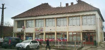 La Apa, clădirea în care a funcţionat un magazin alimentar, o cârciumă şi un raion de textile - încălţăminte este în stare avansată de degradare