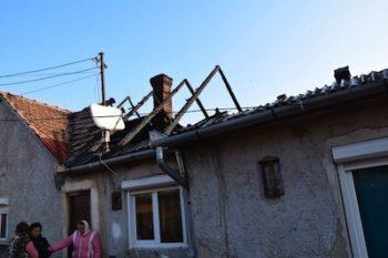 Una dintre familiile rămase fără acoperiş deasupra capului după incendiul din 16 februarie 2019 nu are un loc de dormit potrivit. Este vorba despre o septuagenară cu fiicele şi nepotul său
