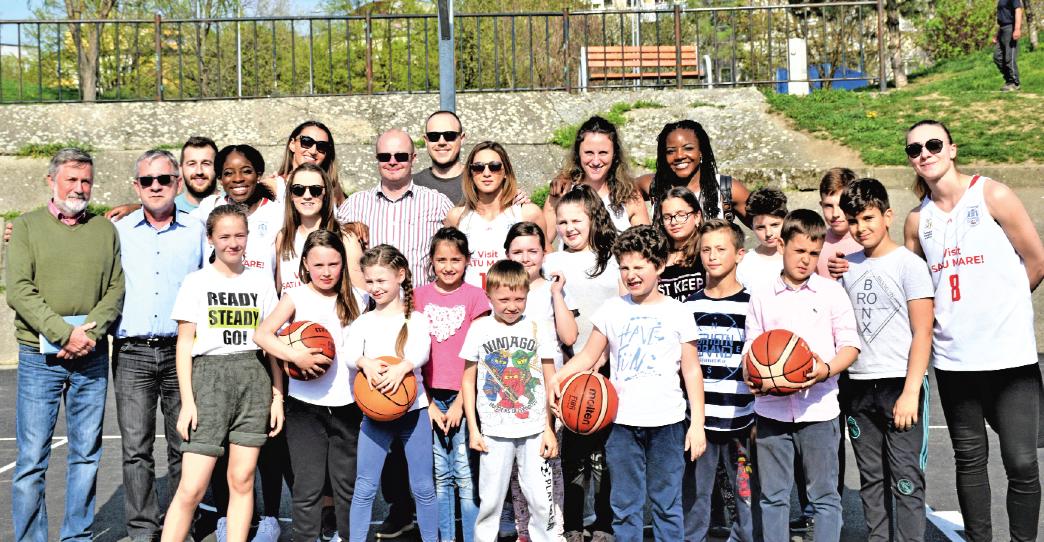 Pe terenurile de streetball din Micro 17 au ajuns la inaugurare şi câteva baschetbaliste de la CSMSatu Mare