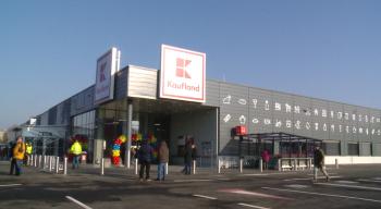 Kaufland-ul cel nou, deschis anul trecut pe Corvinilor, cu intrare şi de pe strada Botizului