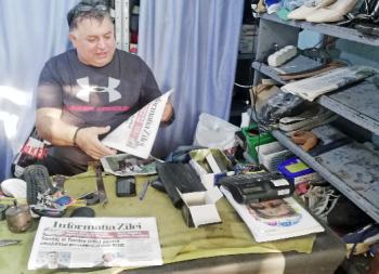 Mihai Kerekes este unul dintre ultimii meseriaşi pantofari foarte pricepuţi din Satu Mare, iar clienţii sunt mulţumiţi de munca lui