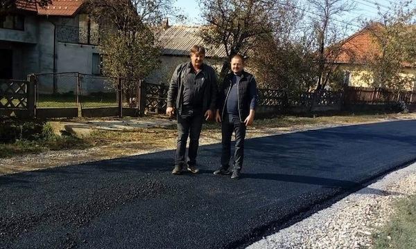Primarul Mailat Gabor și consilierul local Vasile Tabori s-au lăudat cu drumul asfaltat în Orașu Nou Vii