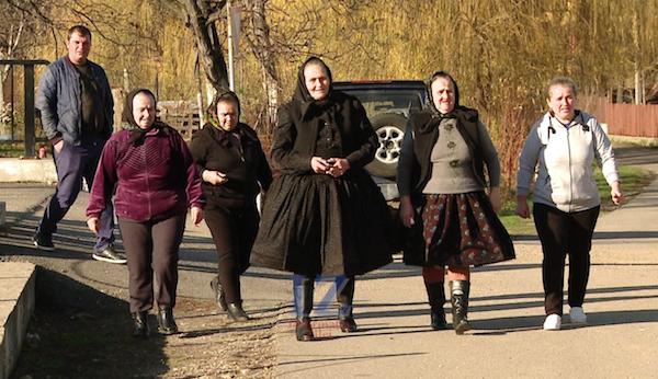 Femei care merg la vot în comuna Racşa - Satu Mare