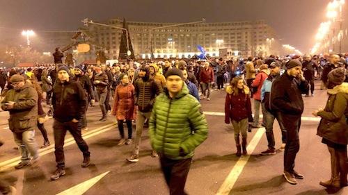 Protestele în Bucureşti şi în întreaga ţară au durat până la 4 dimineaţă