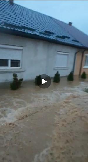Zeci de persoane au fost evacuate din propriile locuinţe