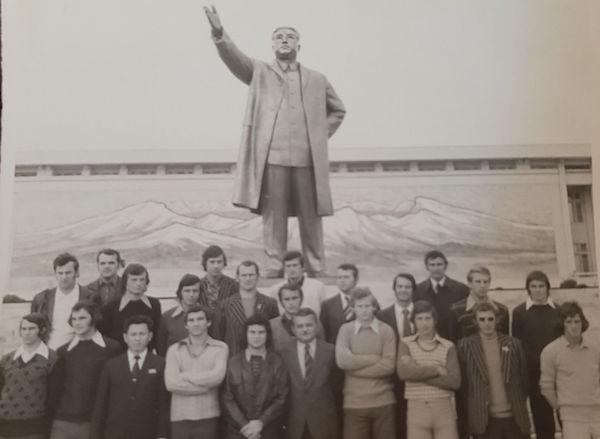 Anii 70, jucătorii Olimpiei în Coreea de Nord lângă statuia fostului comunist Kim Ir-sen