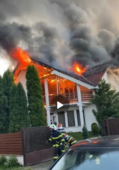 Incendiul s-a manifestat la nivelul mansardei si acoperisului